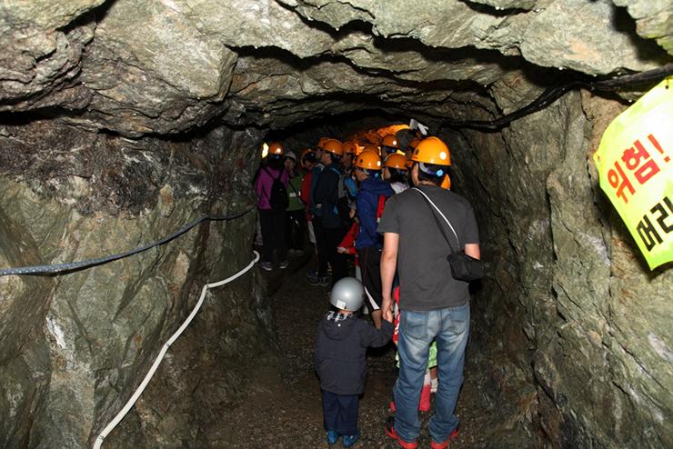 동굴을 구경하는 관람객들