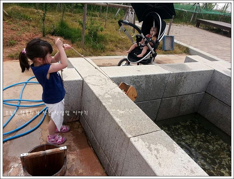 우물에서 물을 끌어올리는 아이의 모습