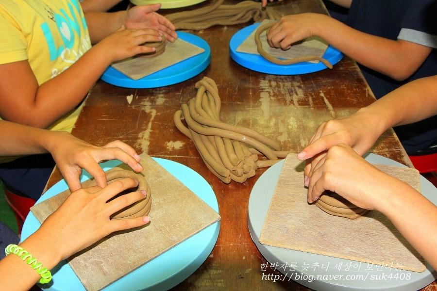 도자기의 형태를 만들고 있는 아이들의 모습