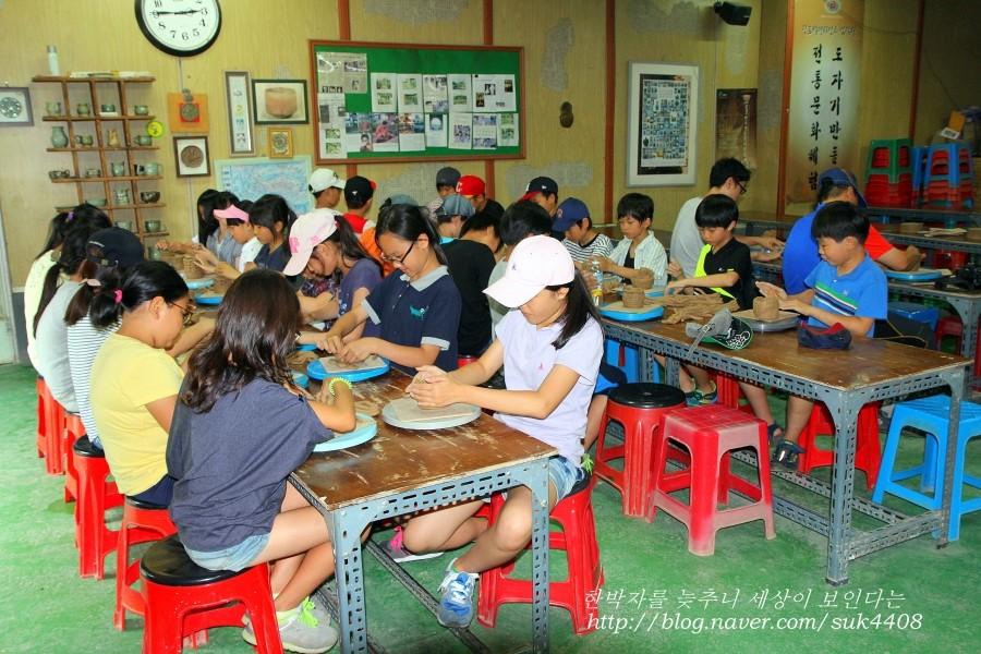 도자기 만들기 체험을 하고 있는 아이들의 모습