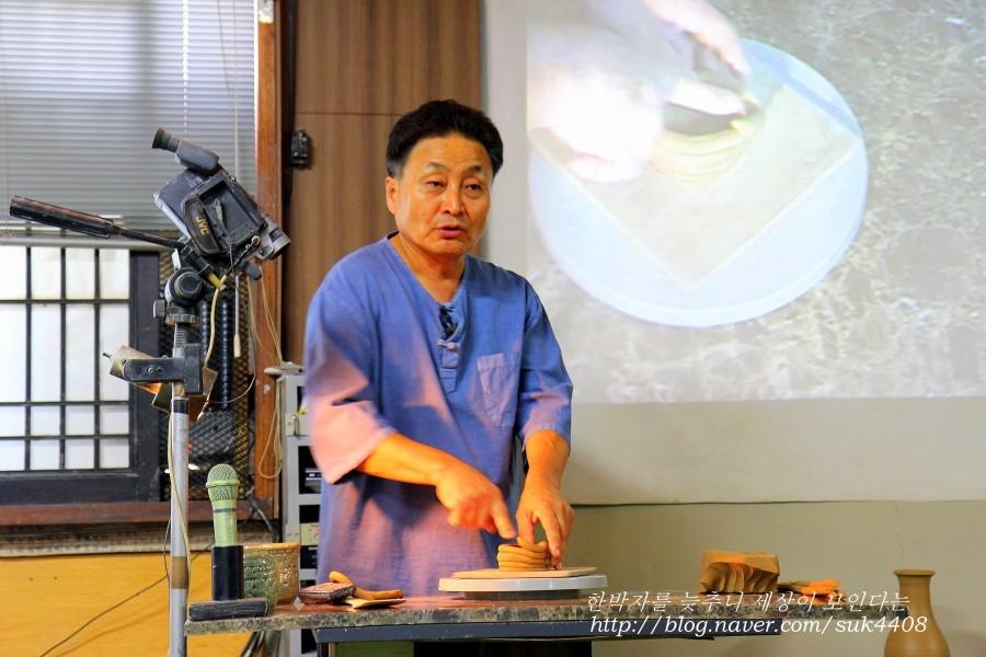 직접 보여주면서 도자기 만드는 방법에 대해서 설명하는 도예가의 모습