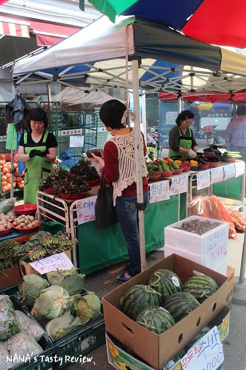 가게 앞에 야채를 파는 모습