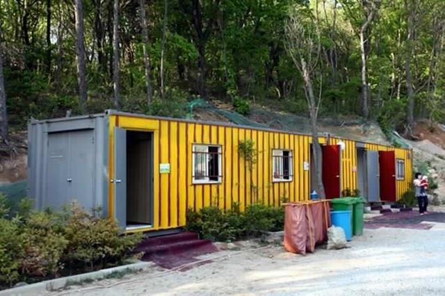 캠핑장 안쪽에 자리한 컨테이너로 지어진 화장실과 샤워시설의 모습