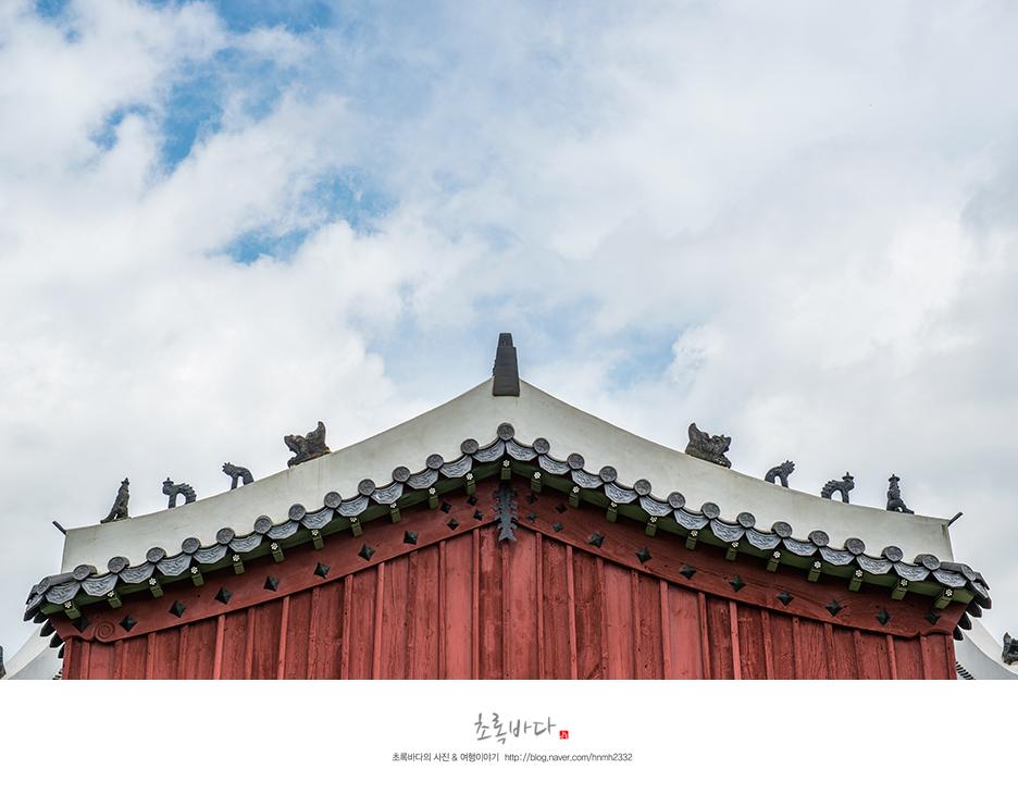 지붕 위에 장식물들