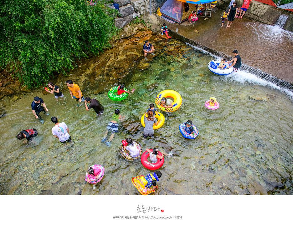 계곡에서 물놀이를 하고 있는 사람들의 모습