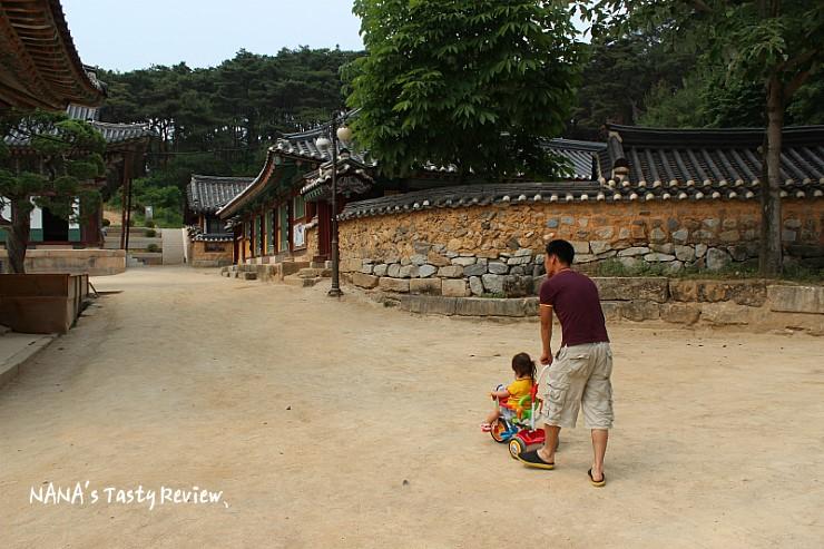 딸의 자전거를 밀면서 산책하는 부녀