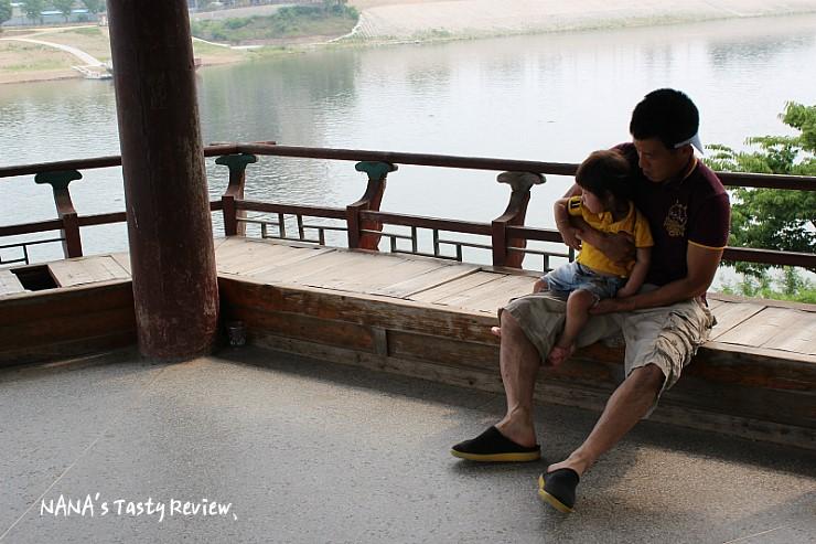 신륵사 강월헌에 앉아있는 부녀
