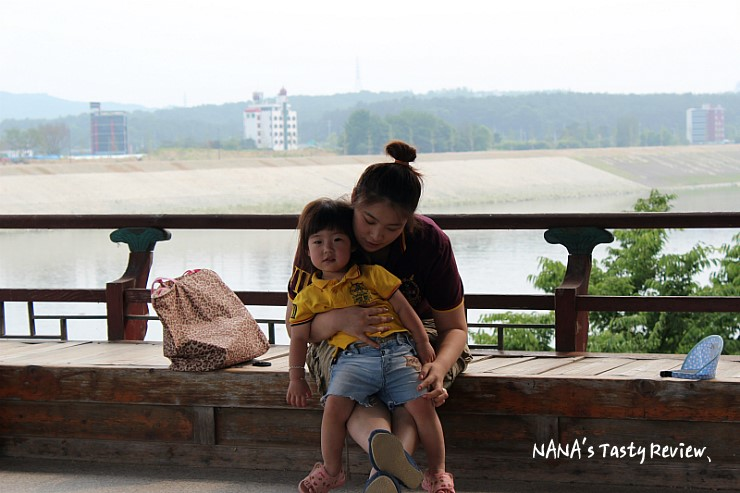 신륵사 강월헌에 앉아있는 모녀