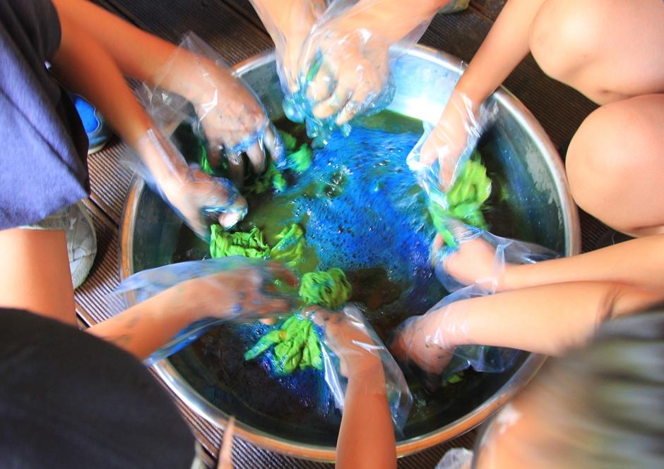 맑은물로 염색한 손수건을 헹구는 모습