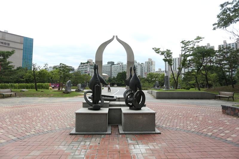 안중근 공원에 설치되어 있는 조형물의 모습
