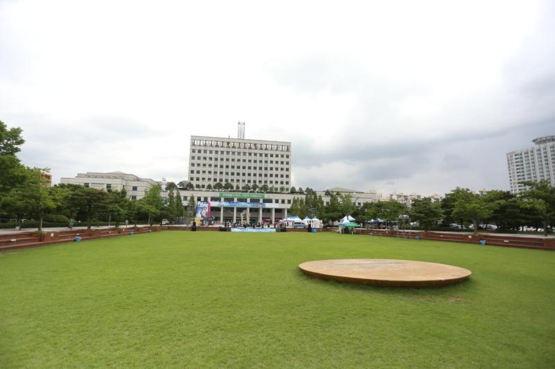 부천 시청과 그 앞의 잔디광장의 모습