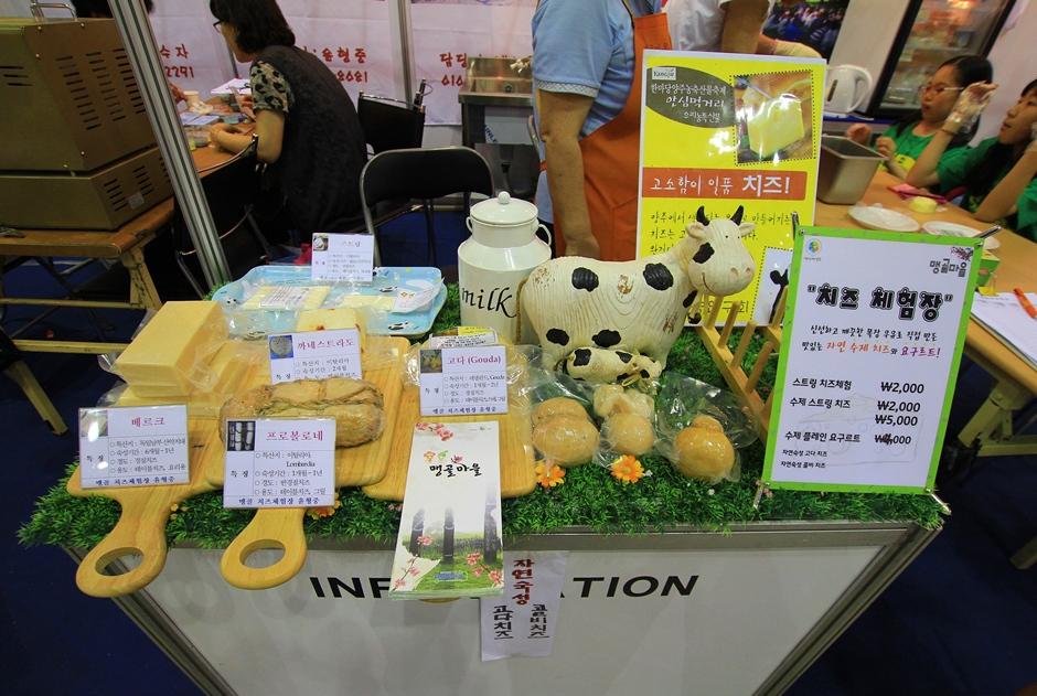 치즈와 치즈 관련 상품들이 진열되어 있는 모습