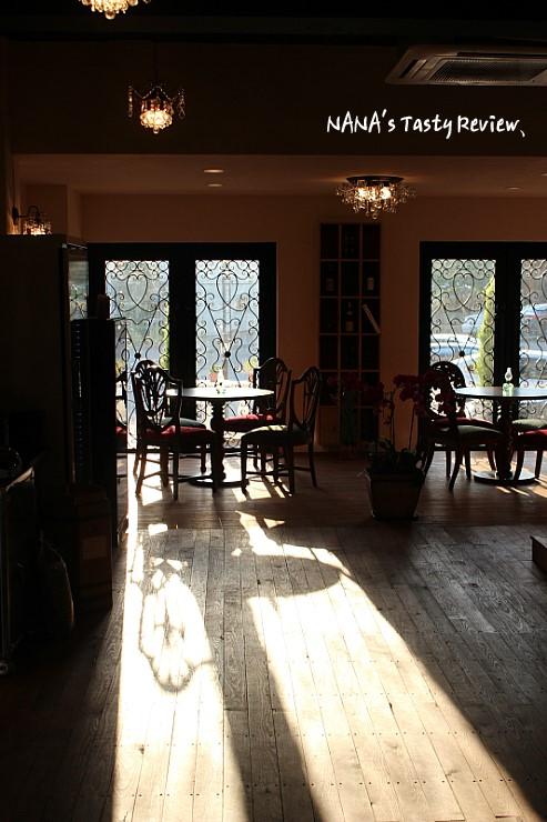 창문사이로 햇빛이 비추는 카페 코코마리의 내부