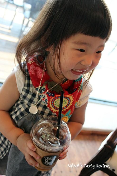 복숭아 음료를 먹는 아이