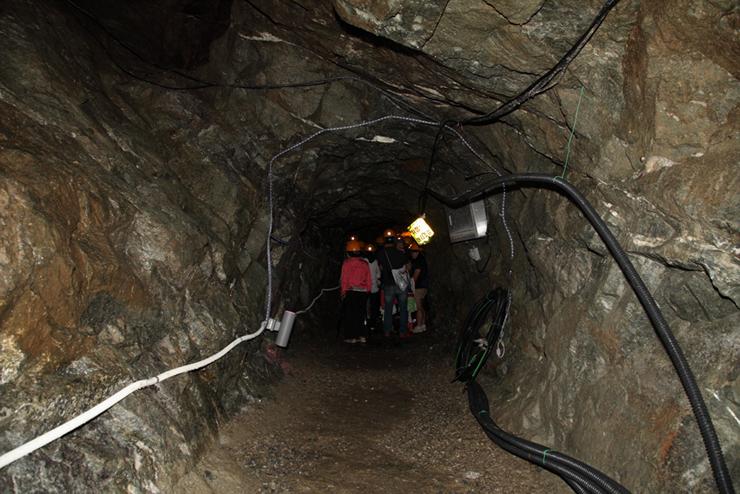 동굴 안으로 들어가는 관람객들