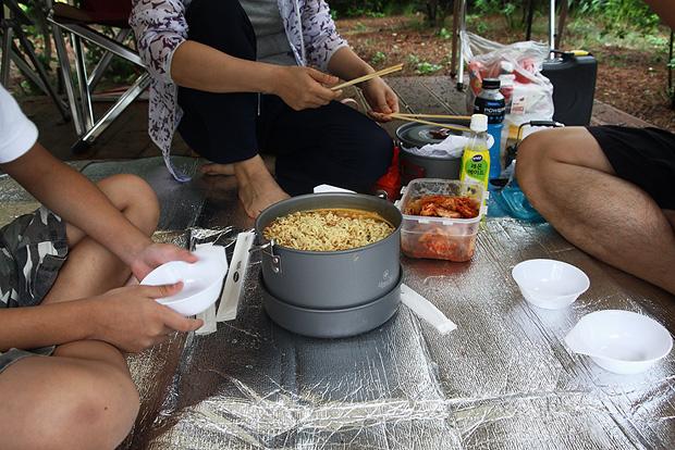 라면을 끓여먹는 사람들