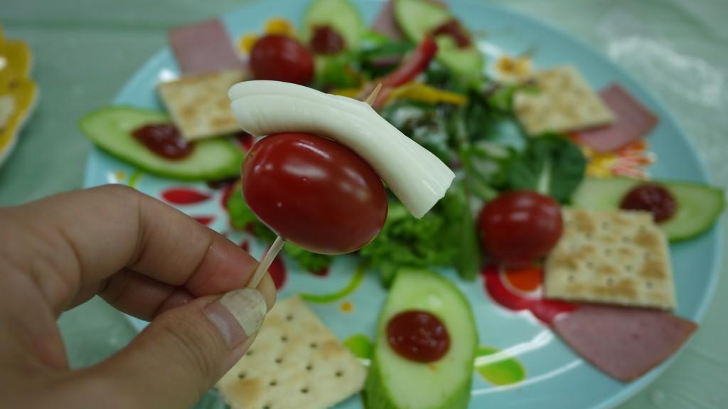 이쑤시개 꽂아논 스트링 치즈와 방울 토마토