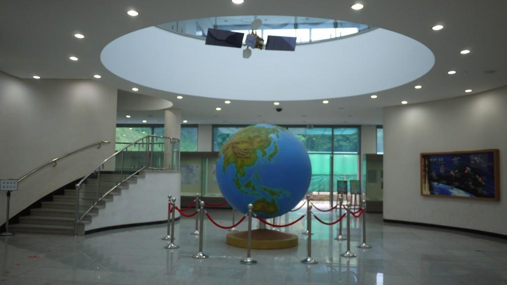 커다란 지구본과 천장이 뚫려있는 로비
