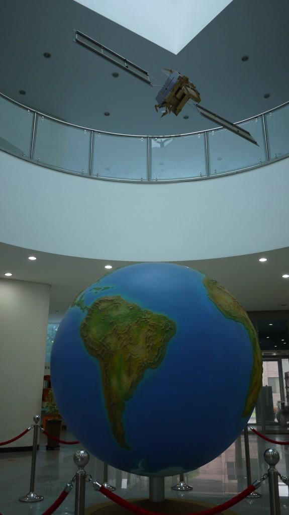 커다란 지구본과 인공위성모형