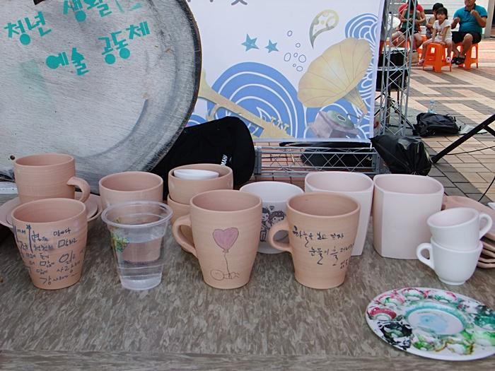 예술공동체가 전시한 컵들의 모습