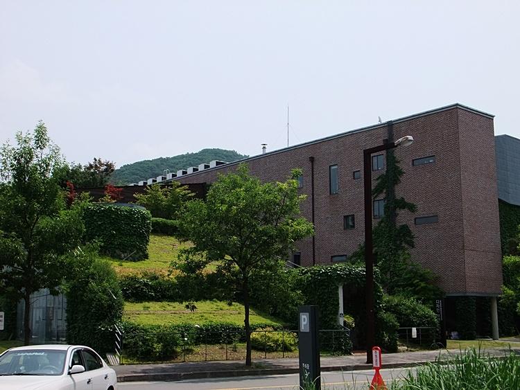 파주출판단지 내 붉은 색 벽의 건물 모습