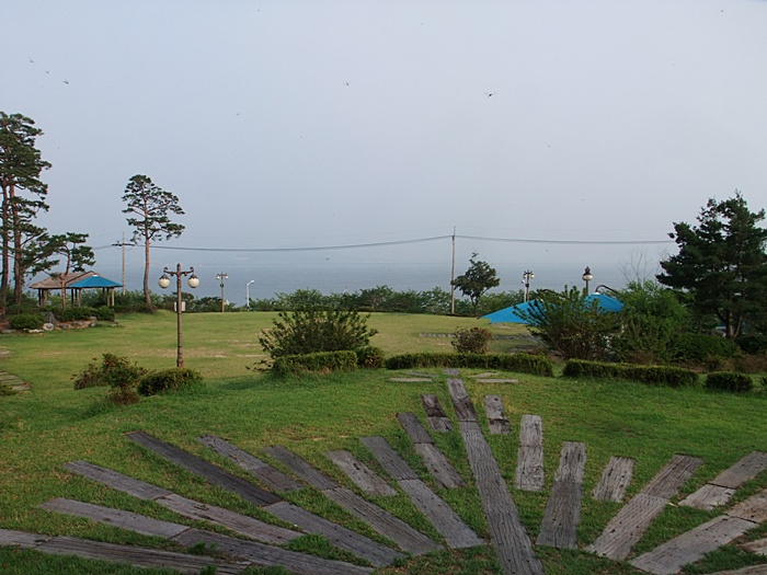 평택호가 보이는 야외 조각공원의 모습