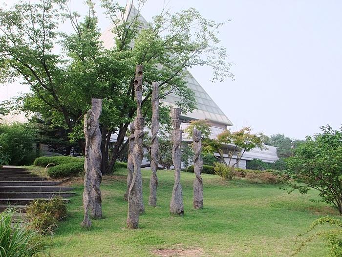 야외 조각공원에 설치되어 있는 작품의 모습