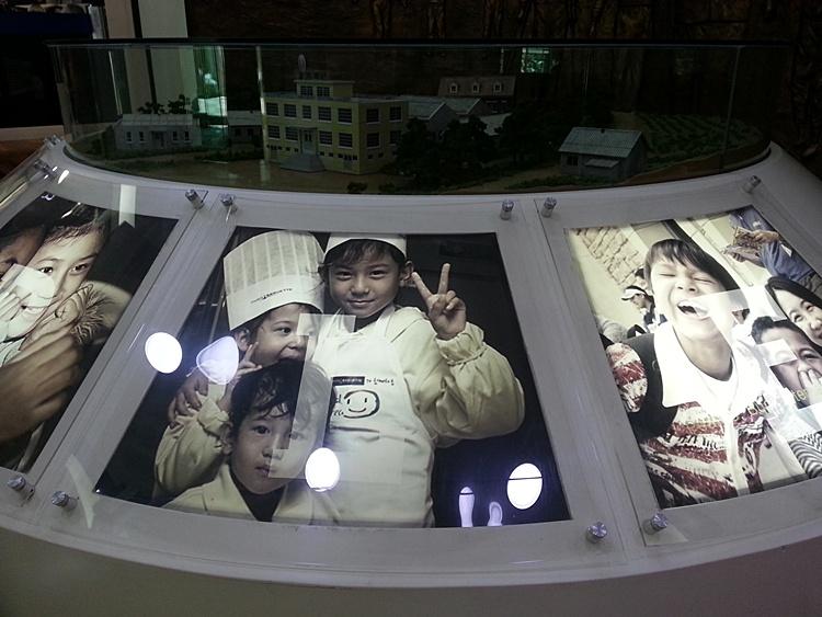 모형 펄벅기념관 아래로 걸려 있는 아이들의 사진