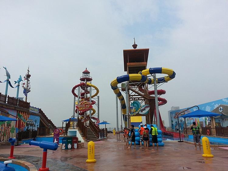 옥사 야외 수영장에 설치되어 있는 물놀이 기구의 모습
