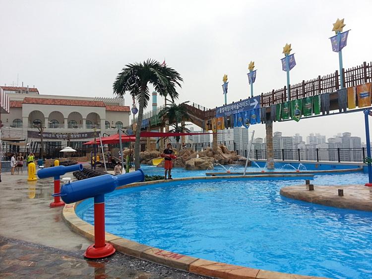 워터파크의 야외 수영장의 모습