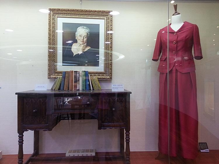 펄벅 여사의 초상화와 그녀가 사용했던 물건과 옷이 전시되어 있는 모습