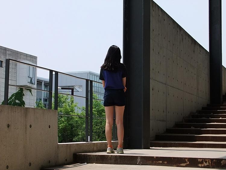 출판단지 내 한건물에서 찍은 여성의 뒷모습