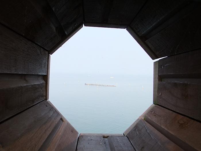 전망대에 나 있는 구멍을 통해 바라보는 평택호의 모습