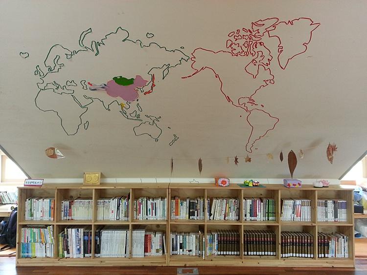 벽면에 세계지도가 그려져 있는 모습