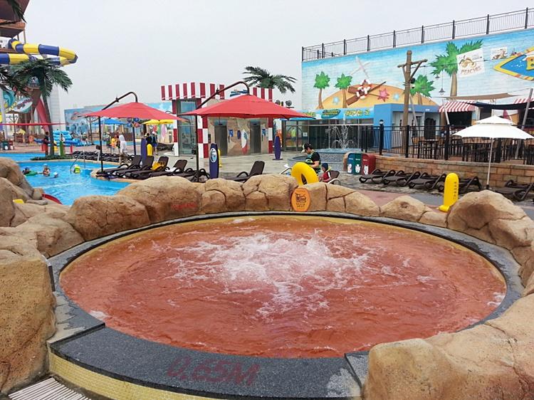 수영장 한켠에 마련된 붉은색의 온천욕탕