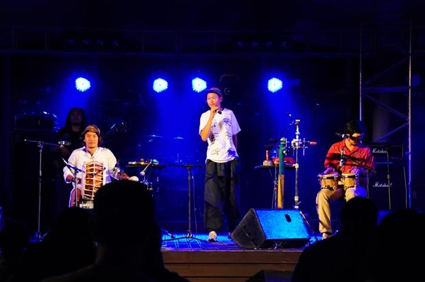 우리 음악과 접목된 레게음악을 공연하고 있는 윈디시티의 공연 모습