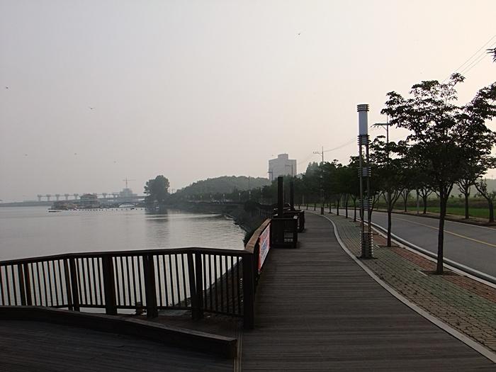 호수 주변으로 조성된 산책길의 모습