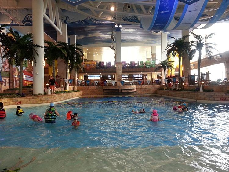 원마운트 워터파크의 실내수영장의 모습