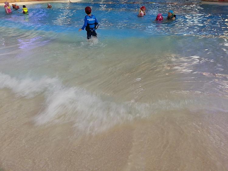 실내수영장에서 발생하는 파도의 모습