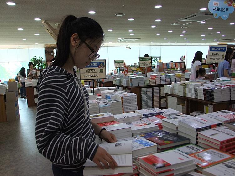 서점에서 책을 보고 있는 모습