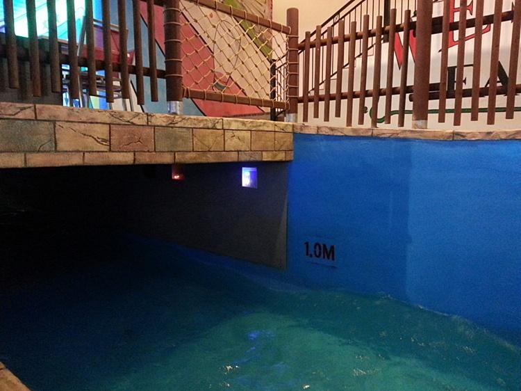 수심이 표시되어 있는 실내 수영장의 모습