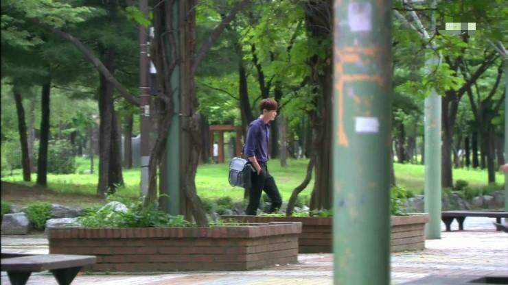 배우 이종석이 부천중앙공원을 지나는 드라마의 한장면