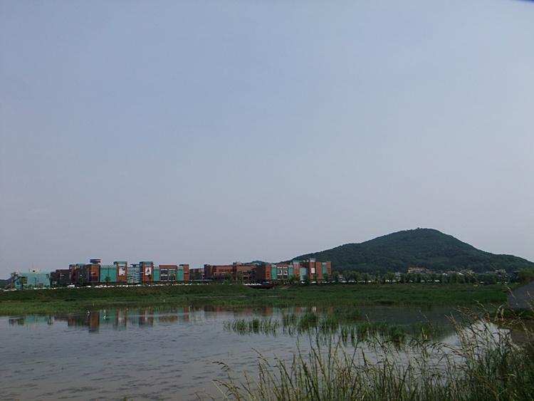 넓은 호수와 그 앞에 보이는 파주 출판단지의 모습