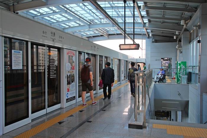 플랫폼에서 전철을 기다리는 사람들
