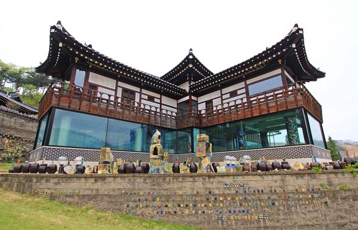 옹청박물관의 넓은 앞마당에 다양한 크기의 옹기와 도자 작품들