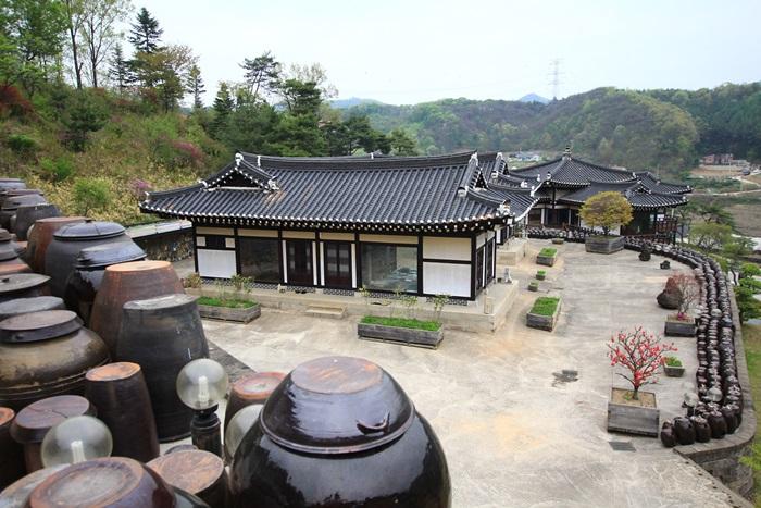 옹기동산 청학박물관 내부의 한옥