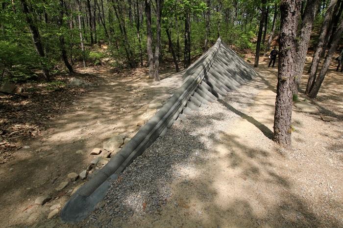 땅에 묻혀진 기와지붕