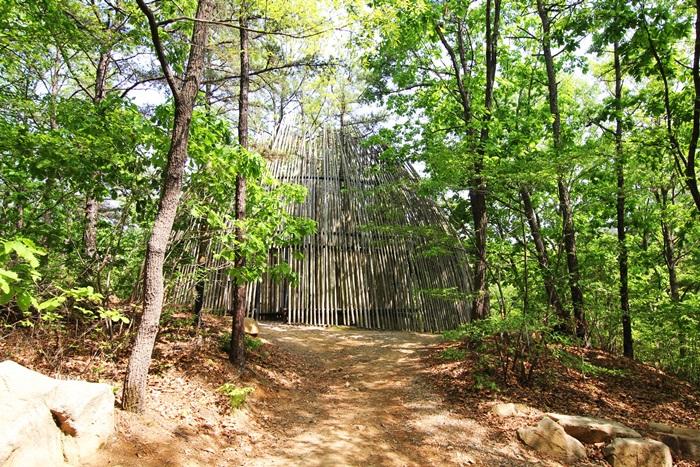 숲 속에 있는 대나무로 만든 작품