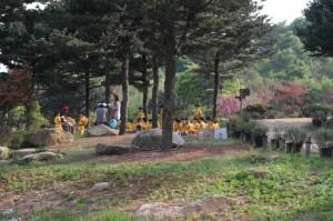 유치원생들이 수목원으로 소풍왔네요.
