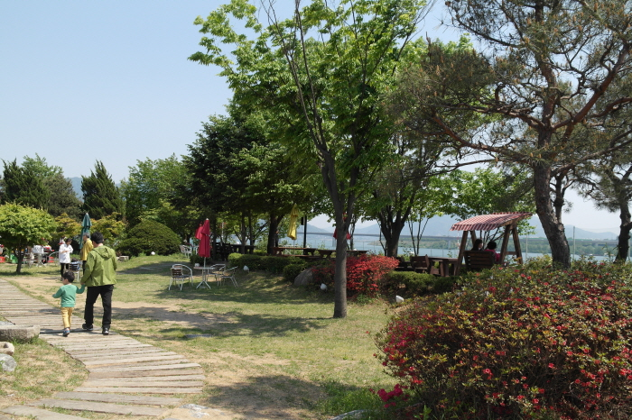 한강 전망이 시원한  식당 정원